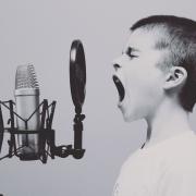 Junge schreit ins Mikrofon