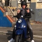 Mann auf Moped