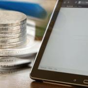Münzen und Tablet