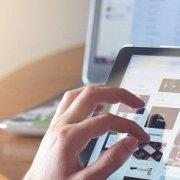 Internetrecherche auf einem Tablet